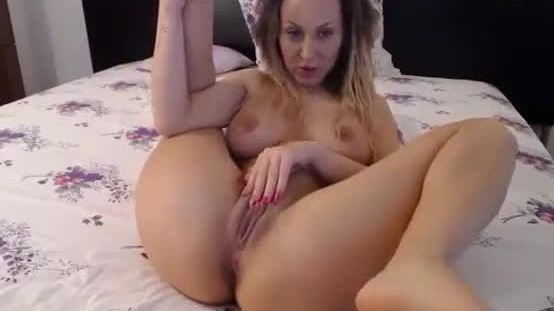 Hot girl teasing her wet body and ass on cam